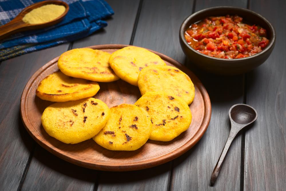 La cocina colombiana se destaca por el uso de ingredientes locales como la yuca, el maíz, el plátano y los pescados.
