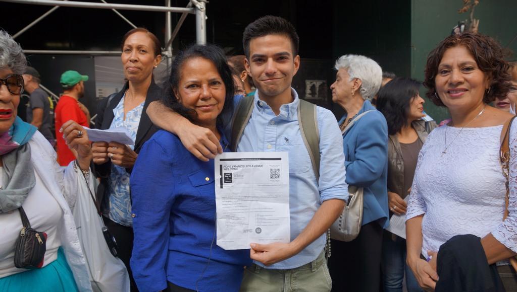 Una buena samaritana le regala un boleto a Saúl Mejía-Carrrillo.