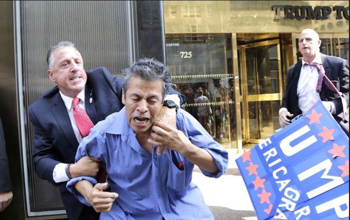Manifestantes latinos durante la confrontación con el equipo de seguridad de Donald Trump, en NY.