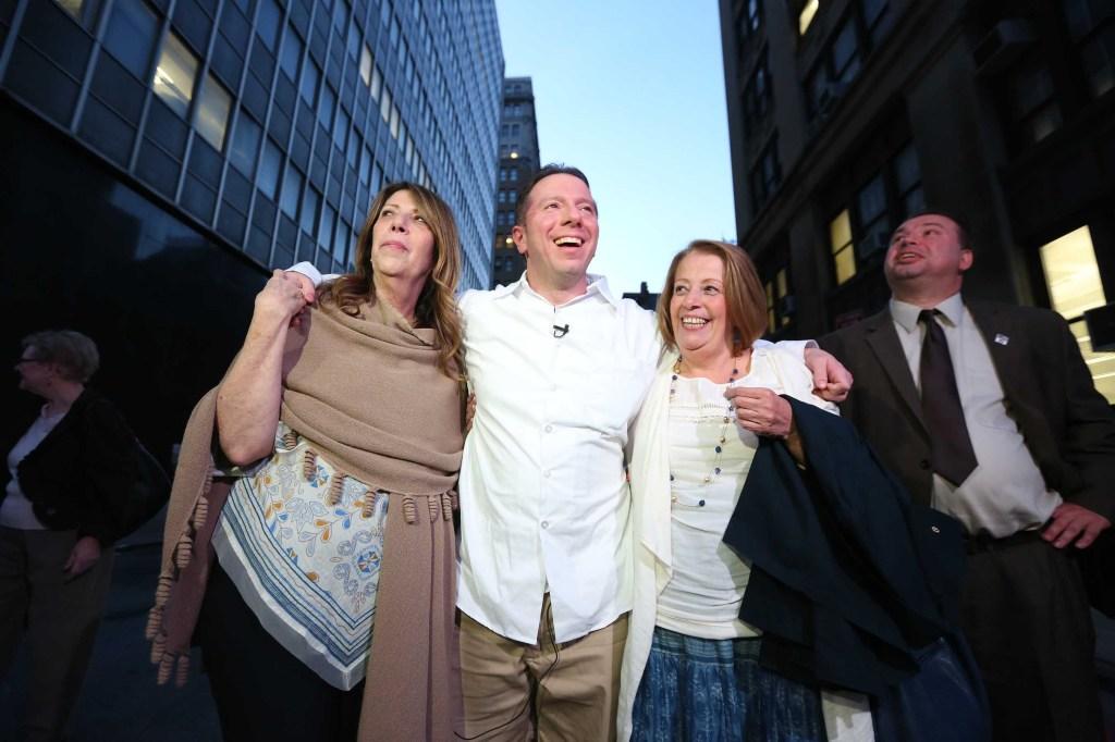 Johnny Hincapié deja la corte con su familia despues de 25 años.