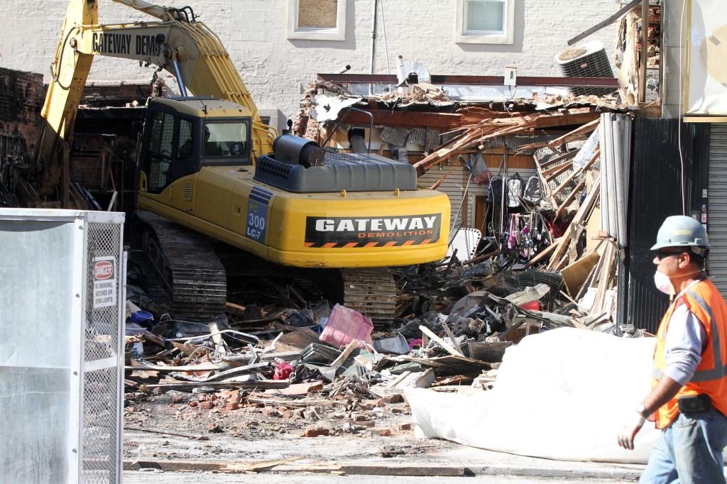 El miércoles se terminó de recoger los escombros y la zona fue cubierta con una barrera de madera.