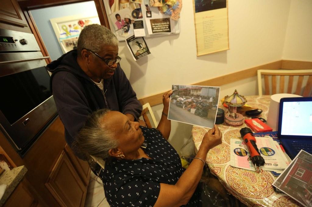 Teresa y su esposo, Pedro Surillo en su casa de Far Rockaway.