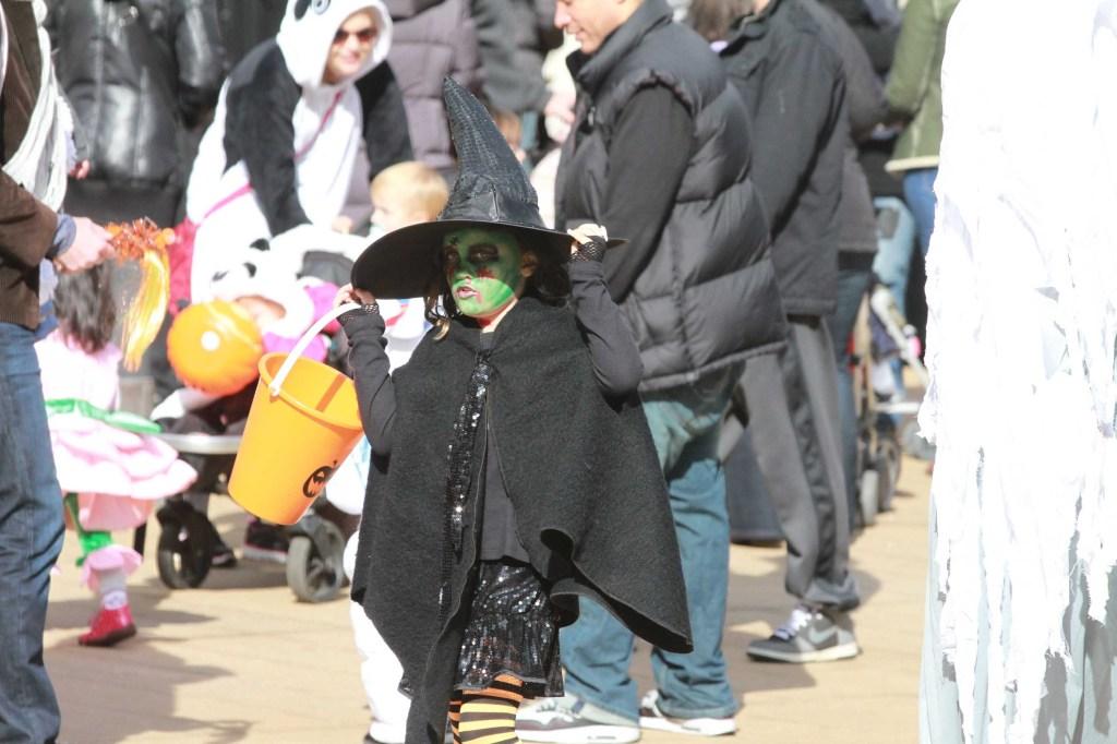 Parada de Halloween en el Lincoln Centre, donde muchos celebran con disfraces y recogen dulces. Foto Credito: Mariela Lombard / El Diario.