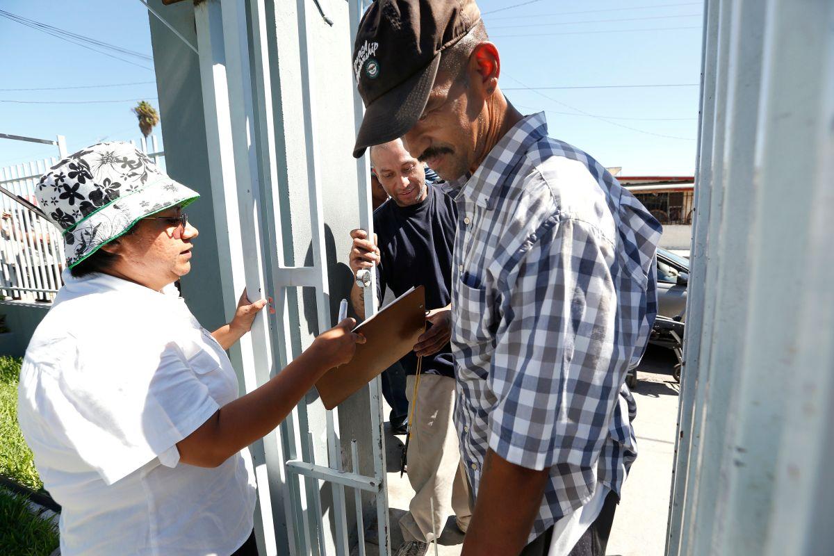 Rodolfo Gonzalez Ruiz, quien fue deportado de East LA y Heiner Ortega deportado de Riverside, entran por una comida gratis a Casa Madre Assunta en Tijuana. /Aurelia Ventura