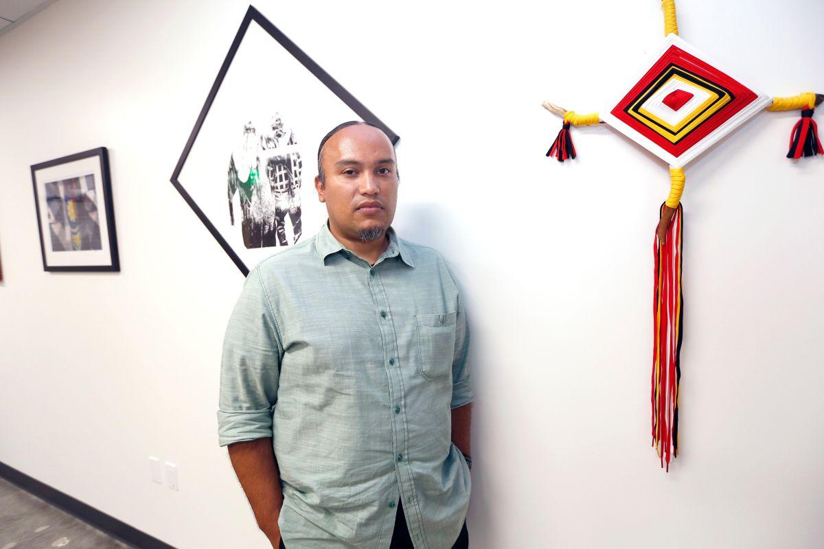 Pintor pone su arte al servicio de la comunidad