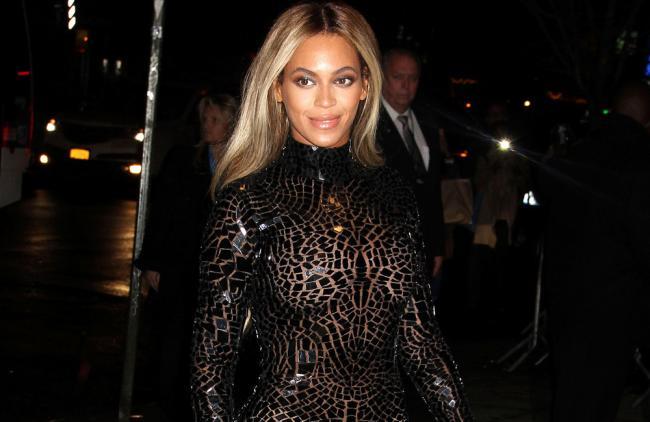 Beyoncé volvió locos a todos con su escote y sus curvas (fotos)