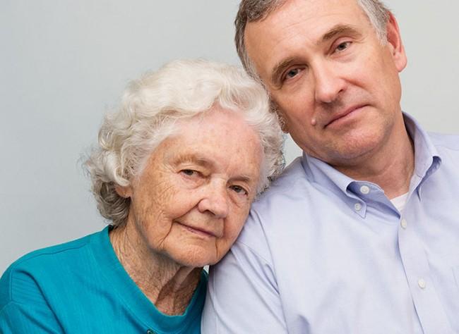 Beth Baker, de 87 años, de National City, California (en la imagen con su hijo Jim).