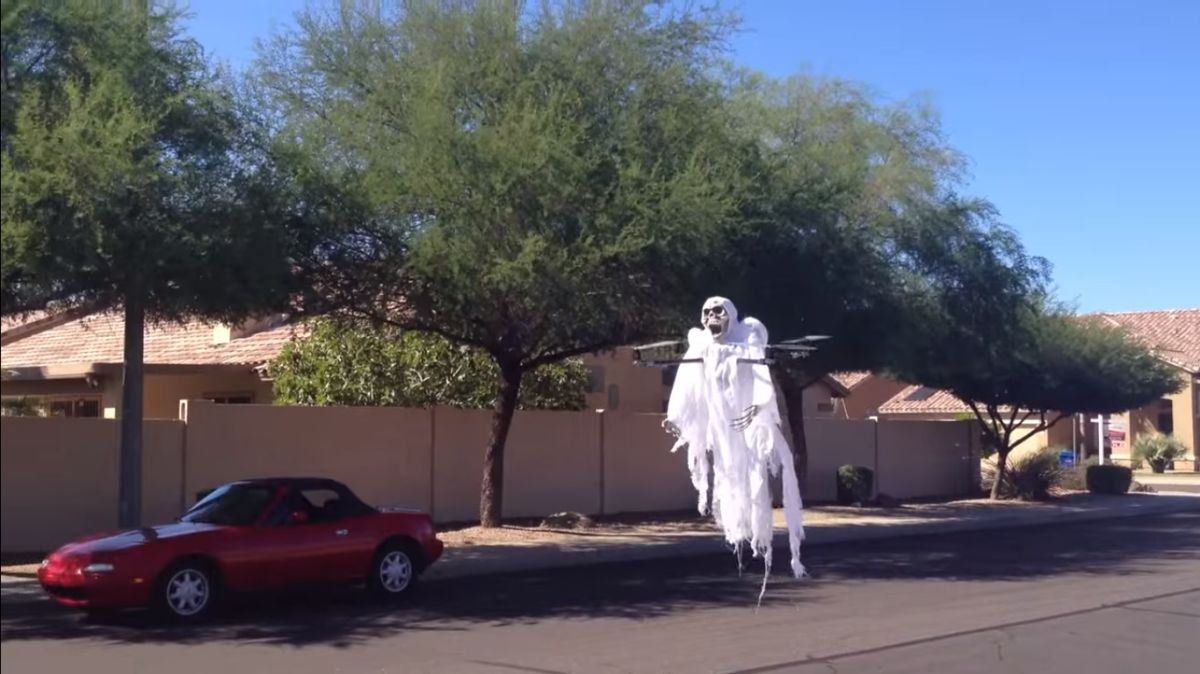 ¡Otro uso para los drones! Fantasma volador espanta vecindario por Halloween (VIDEO)