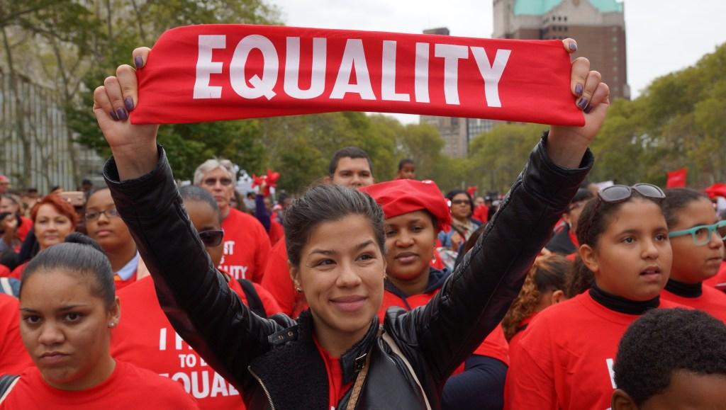 Los manifestantes pidieron igualdad con las escuelas públicas.