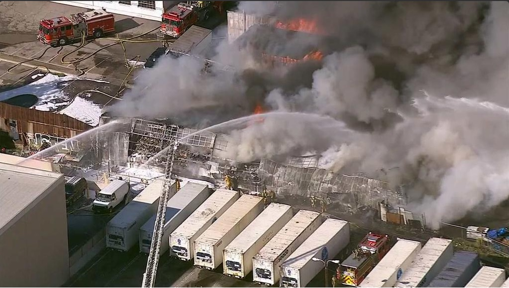 Negocios aledaños del edificio comercial fueron evacuados.