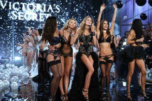 """Famosa modelo de Victoria's Secret fue sorprendida en la playa """"como Dios la trajo al mundo"""""""