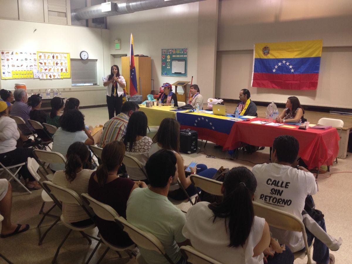 Helene Villalonga, presidente de AMAVEX, explica a los asistentes la Ley de Ajuste de Estatus Venezolano.
