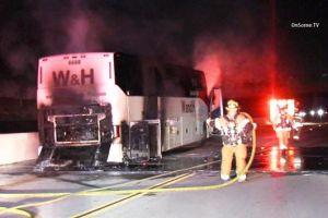 Bus lleno de turistas se incendia en La Verne
