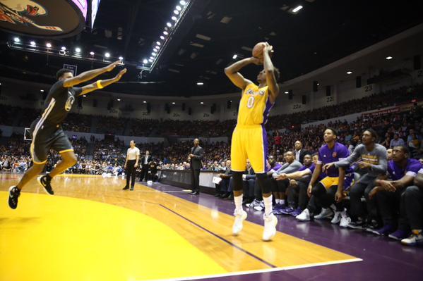 Lakers añaden toque brasileño a su ofensiva
