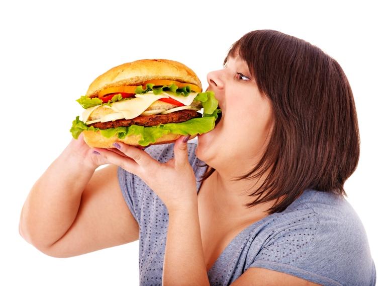 Se confirma: cenar tarde engorda y genera problemas de salud