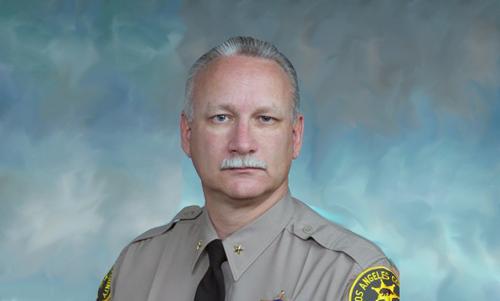 Se retira asistente del Sheriff que compró un auto de lujo robado