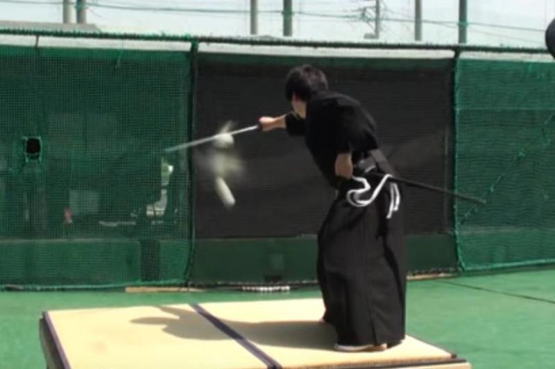 Samurái parte una pelota de béisbol a más de 160 km/h (VIDEO)