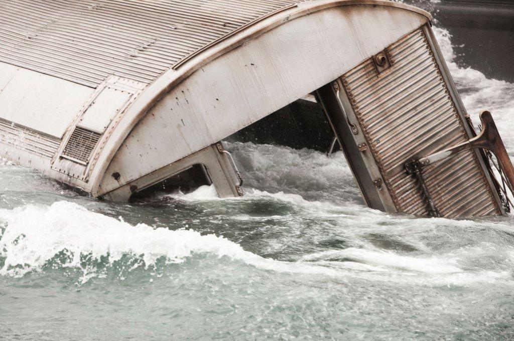 Tren de subway de la MTA hundiéndose en el mar, en el 2007.