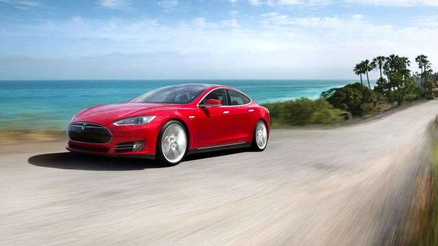 Tesla lanza su esperado modelo de auto-conducción