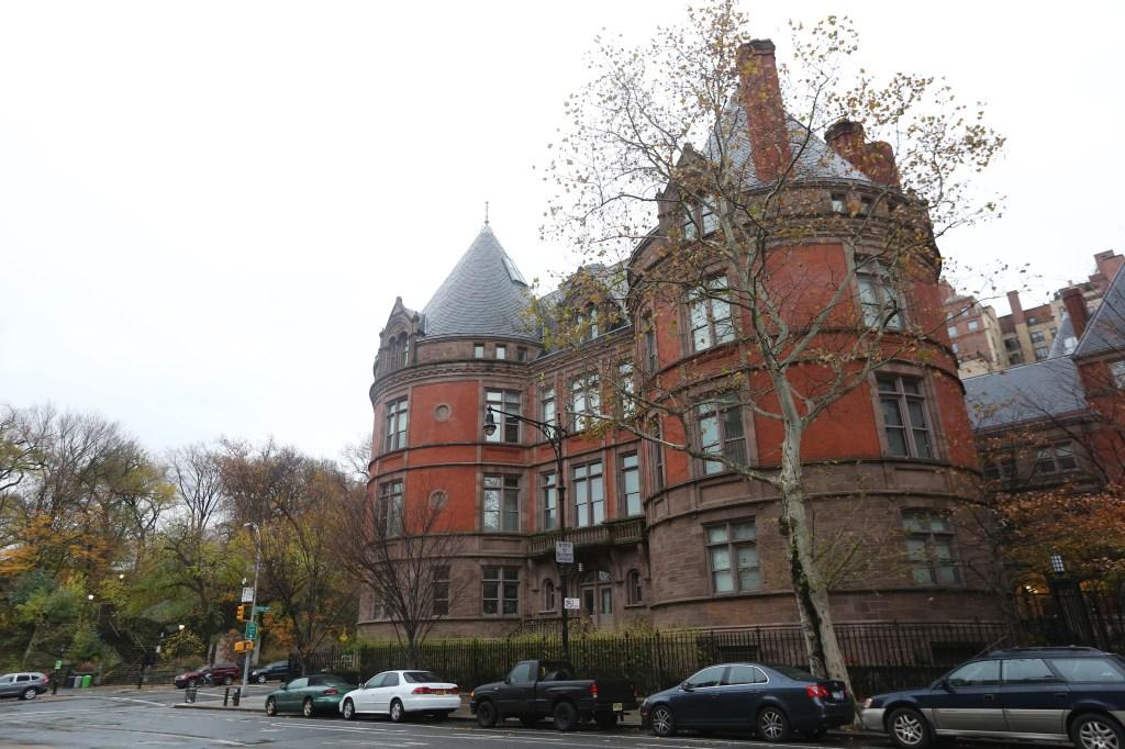 Uno de las edificaciones legendaria del barrio es el antiguo New York Cancer Hospital, construido en 1887 ubicado en el 455 Central Park West con la calle 105. El edificio fue convertido en un condominio de lujo con 16 apartamentos. Mariela Lombard / El Diario.