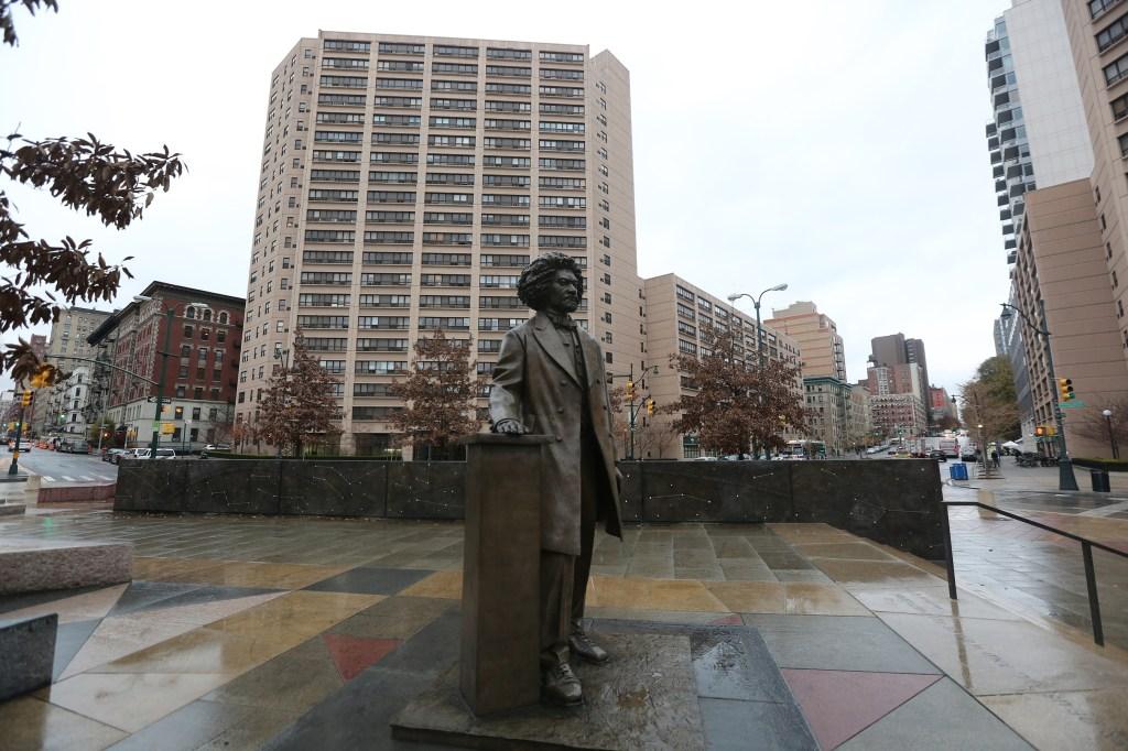 El monumento a Frederick Douglas en la calle 110 con Central Park West.