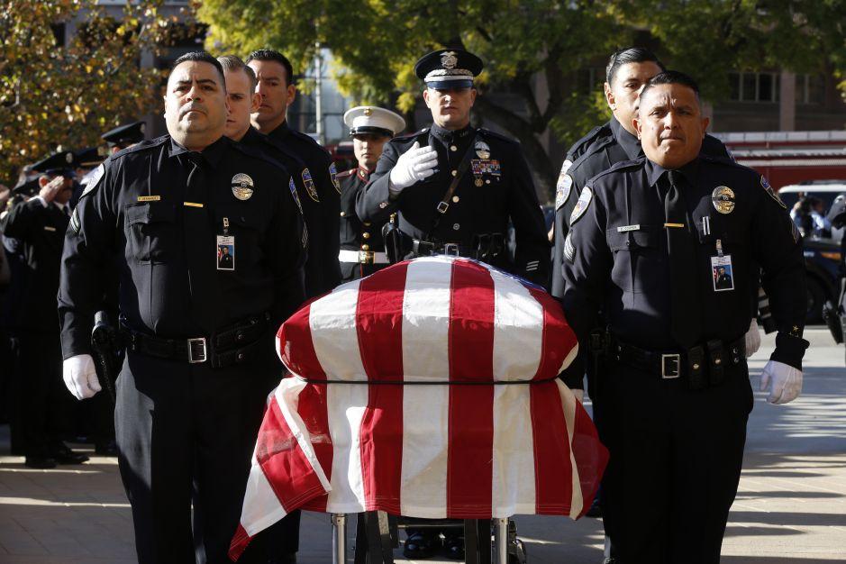Emotivo funeral despide a policía latino de Downey