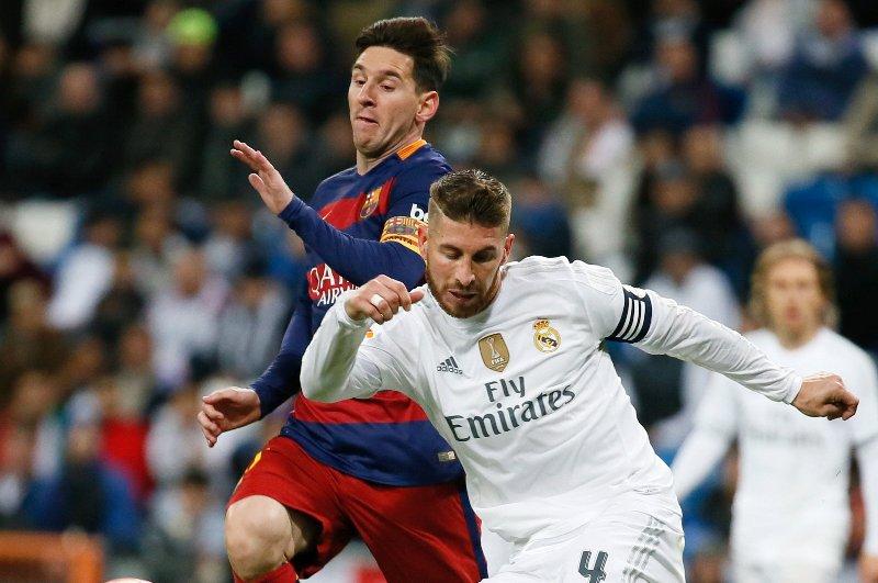 Ramos intentando detener a Messi durante el pasado Clásico.