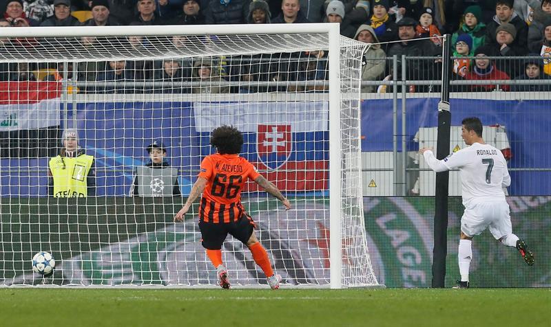 Cristiano anota el primer gol del partido.