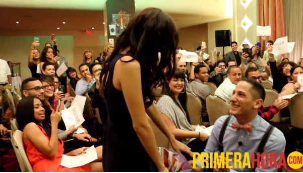 En medio de una reunión de trabajo, el joven sorprendió a su chica con una propuesta muy especial.