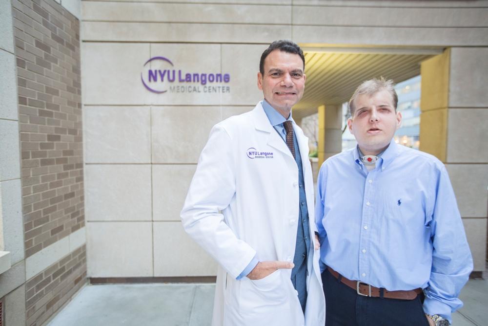 El doctor Eduardo D. Rodríguez, un hijo de padres cubanos nacido en Miami, lideró a un grupo de más de 100 cirujanos, enfermeras y personal médico que realizó el trasplante.