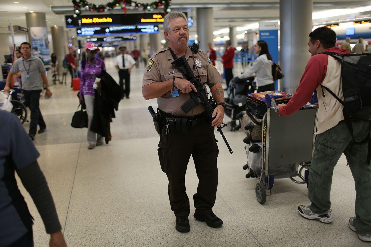 Dan Causey, del Departamento de Policía del Aeropuerto de Miami Dade patrulla el Aeropuerto Internacional de Miami durante el inicio del feriado por Acción de Gracias.