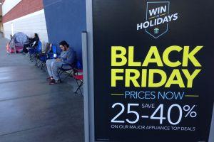 Este año hay pocos compradores del 'Viernes Negro' a la espera de las ofertas. / ISAÍAS ALVARADO
