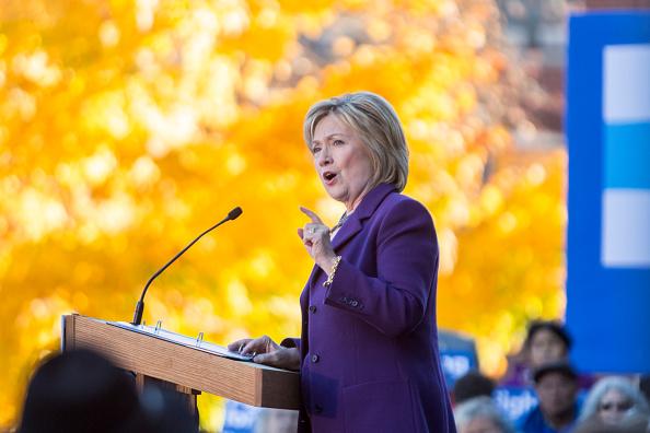 """La precandidata demócrata Hillary Clinton fue criticada por el uso de la frase """"inmigración ilegal"""" y por jactarse de votar """"en numerosas ocasiones"""" en favor del muro fronterizo."""