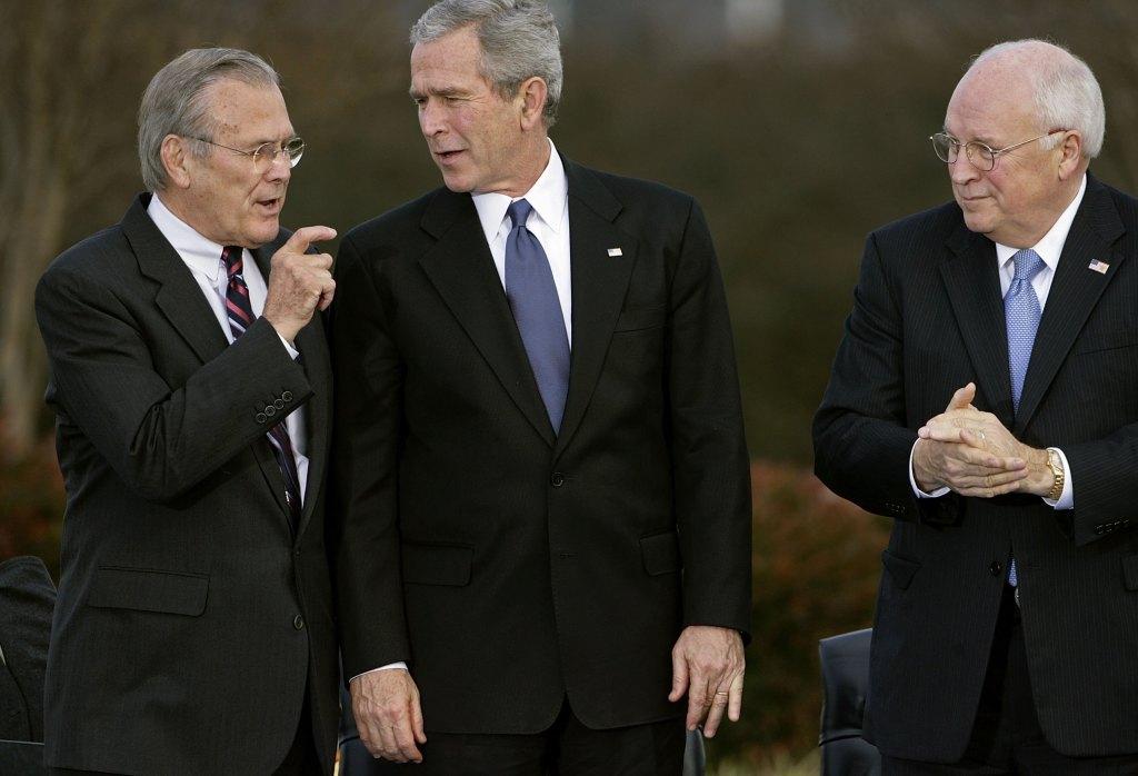El Secretario de Defensa, Donald Rumsfeld, junto al presidente George W. Bush y el vicepresidente Dick Cheney, en Arlington, Virginia, en 2006.