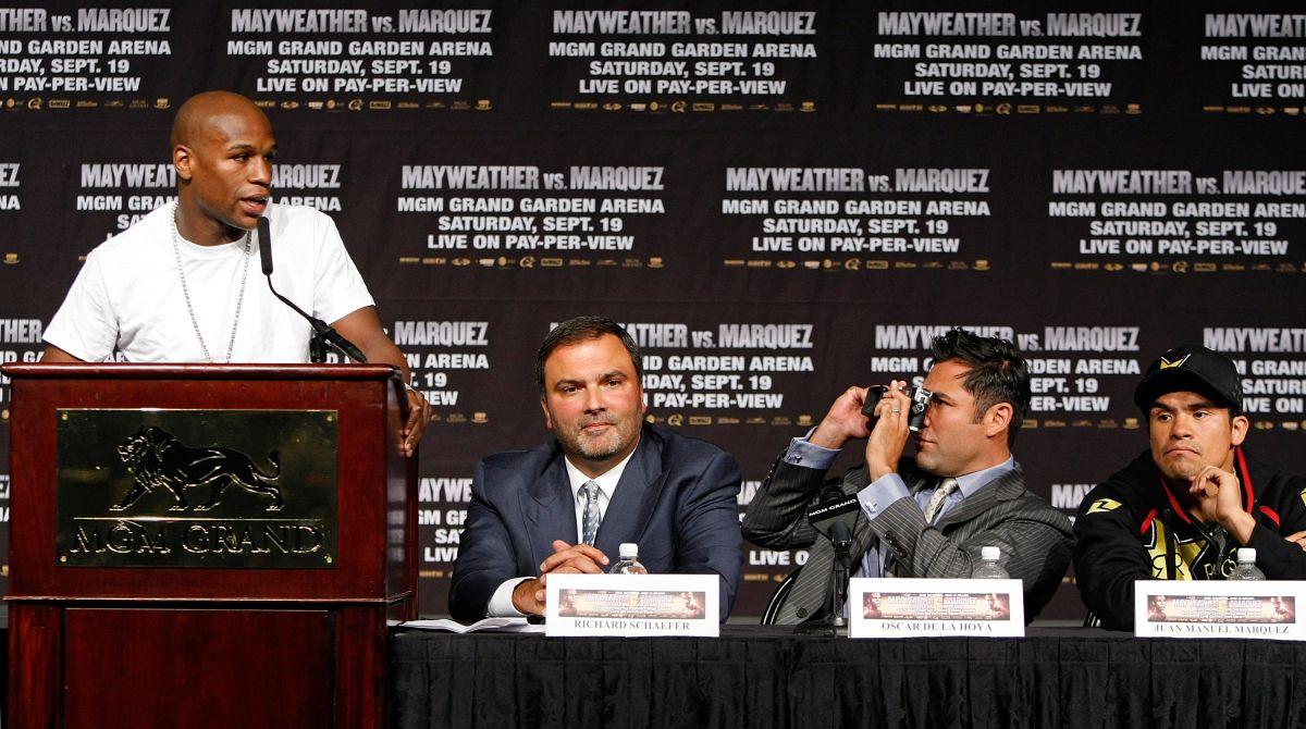 Óscar de la Hoya le toma una foto a Floyd Mayweather en una conferencia de prensa de 2009 previa a al combate contra Juan Manuel Márquez.
