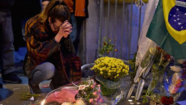 Image copyrightGetty Image caption Las muestras de dolor han sido visibles en las calles de la capital francesa.