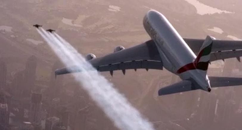 Los dos  pilotos vuelan junto al avión Airbus 380 sobre Dubai.