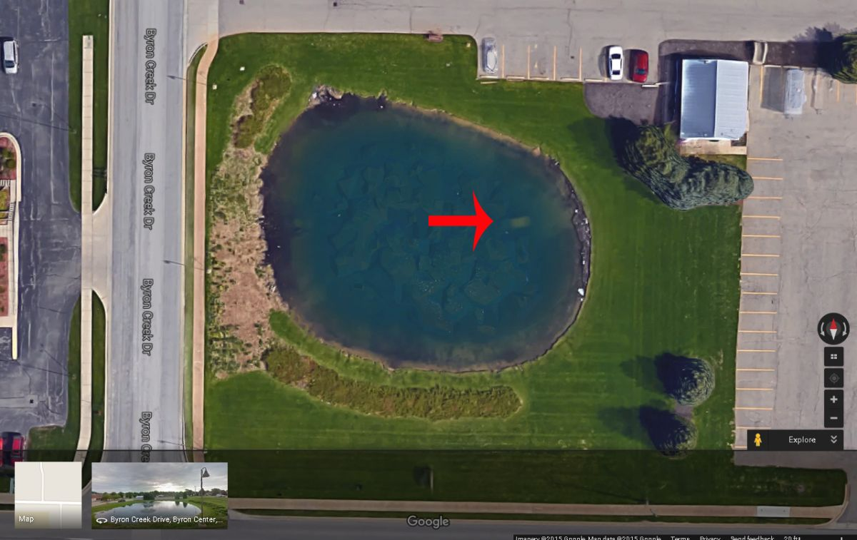 El estanque en Body Manor, en Michigan, como se ve en Google Maps.