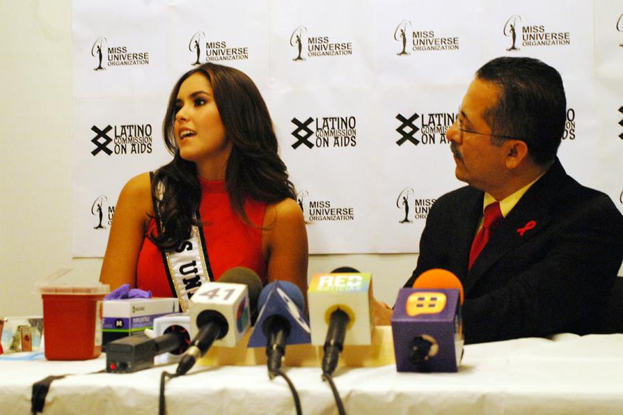 Paulina Vega en rueda de prensa con el presidente de la organización Latino Commission on AIDS, Guillermo Chacón, hablando sobre la importancia de que los latinos se hagan la prueba.