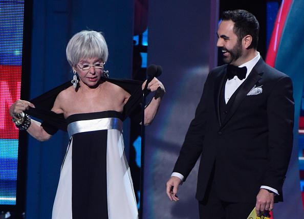 La actriz Rita Moreno impresiona al bailar  música urbana y hasta su copresentador Enrique Santos queda sorprendido.