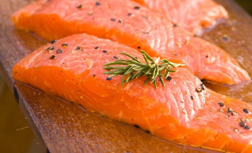 El salmón transgénico aún tardará en llegar al supermercado, porque la empresa tiene ahora que producirlo.