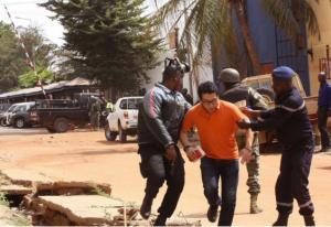 Hombres armados mantienen más de 130 rehenes en hotel de Mali