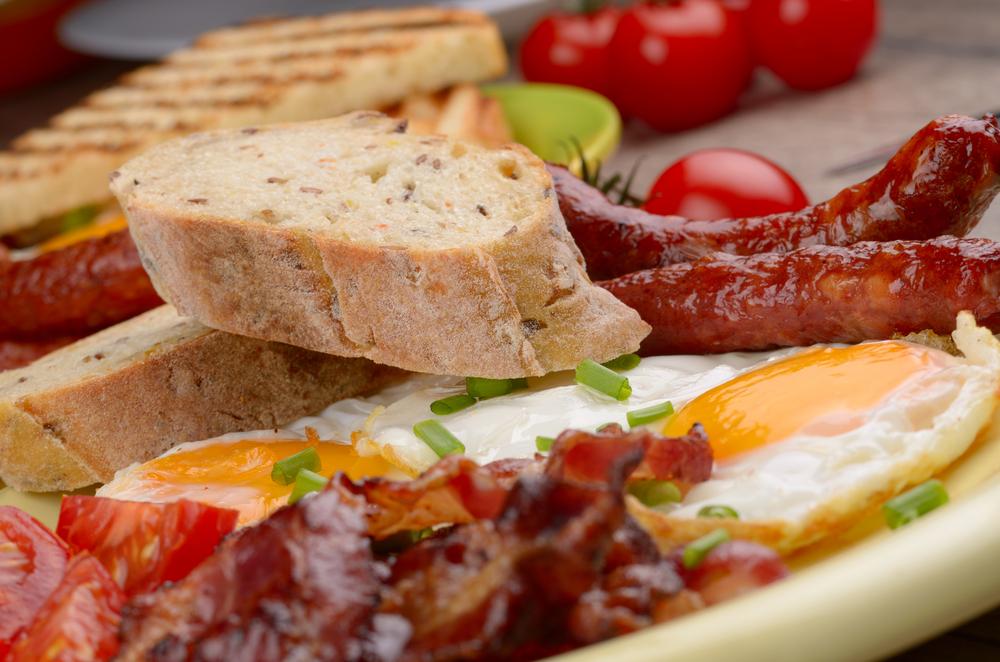 El huevo es un superalimento que se destaca por ser gran fuente de vitamina B12, proteínas, aminoácidos y hierro.
