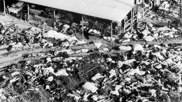 Unas 900 personas murieron ese día, incluido unos 200 niños.