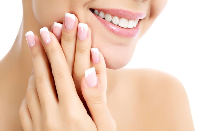 Los alimentos ricos en calcio y vitaminas A, B, C y D son esenciales para unas uñas bellas y saludables.