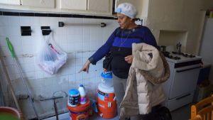 Acepta un trabajo como lavaplatos en el hospital solo para poder ver a su esposo enfermo de Covid-19