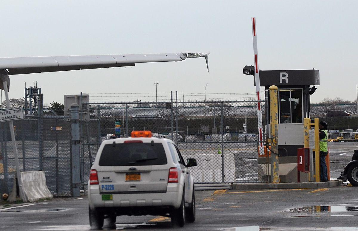 Evacúan pasajeros avión en La Guardia del que salía humo antes del despegue