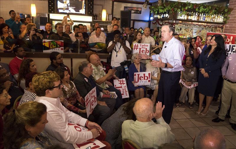 Jeb Bush reitera que no dejará la carrera presidencial (VIDEO)