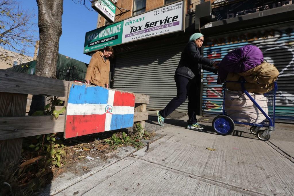 Bandera Dominicana pintada en el barrio. Mariela Lombard / El Diario.