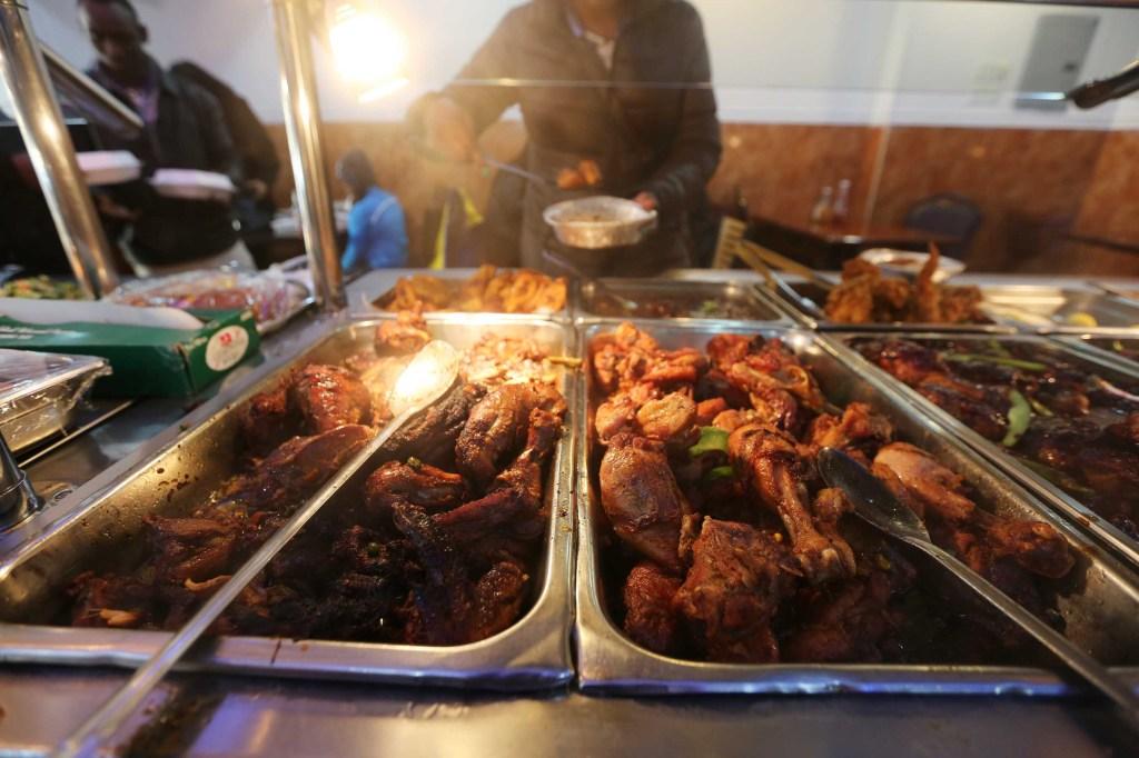 La gastronomía jamaiquina es popular en el barrio . Foto: Mariela Lombard / El Diario.